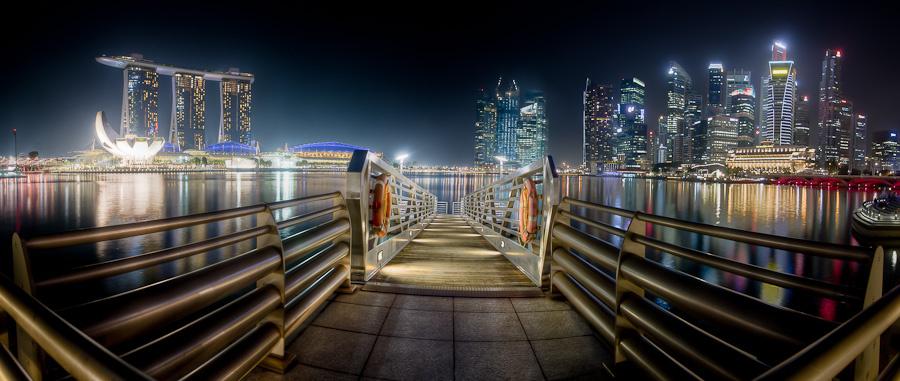 Panormaaufnahme von Singapurs Skyline von der Promenade aus